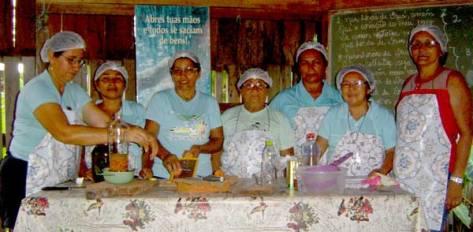 The-women-prepare-the-alternative-home-remedies
