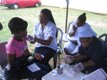 Rose-and-Anthonia-with-a-staff-at-mobile-clinic-450px-web